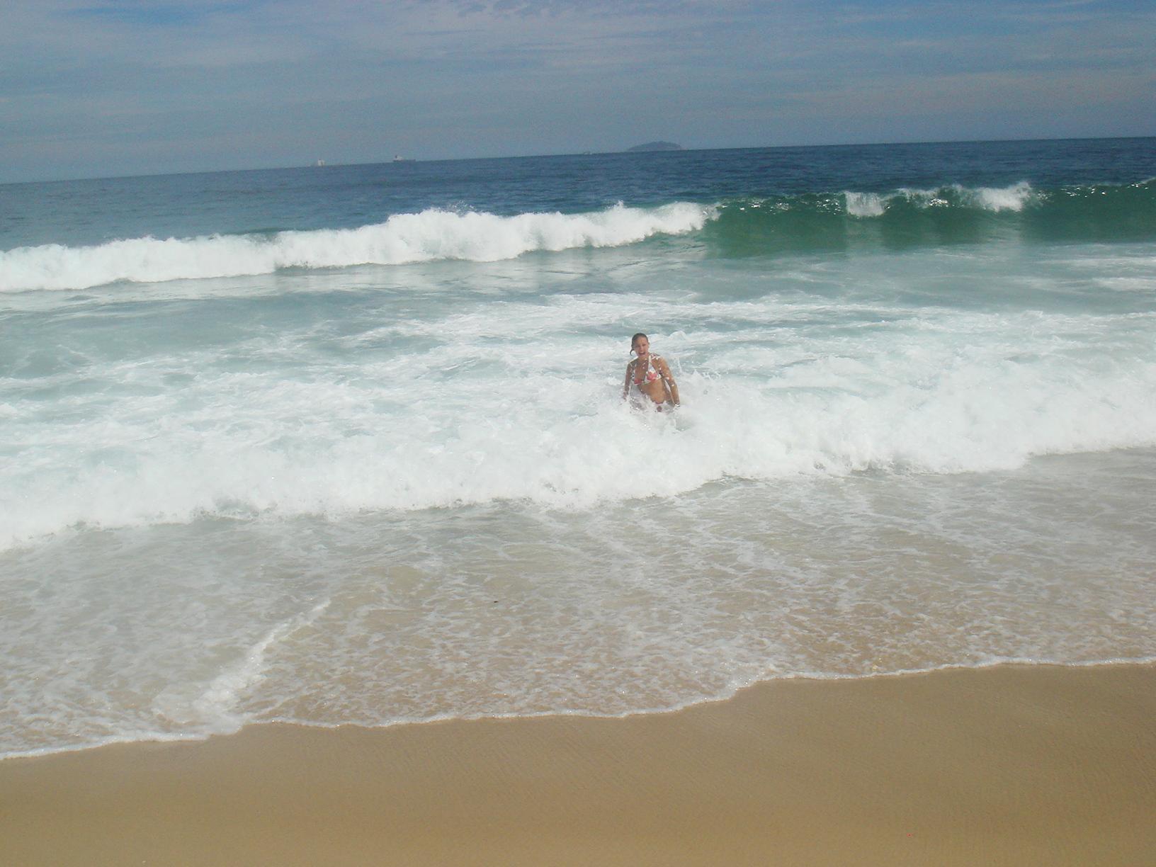 Вълните са толкова вискои и силни, че спокойно можеш да се удавиш и на брега