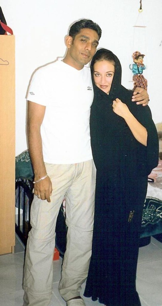 С Шариф в нашият апартамент. Аз съм облечена с абаята, която си купих за спомен :)